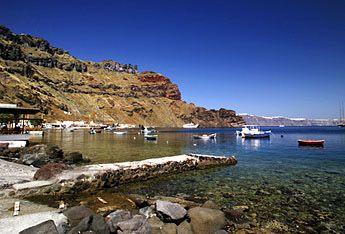 Αρμένοι έχει μια μικρή παραλία. Υπάρχουν 2 τρόποι για να φτάσετε εκεί. Μπορείτε είτε να πάτε με τα πόδια ή με το μουλάρι και κατεβείτε 291 σκαλιά, ή να επιλέξουν την πιο εύκολη λύση που είναι να πάρετε μια βόλτα σε ένα από τα μικρά καράβια που φεύγουν από το λιμάνι του Αμμούδι. Υπάρχει μια μικρή ταβέρνα για ήσυχες γεύματα.