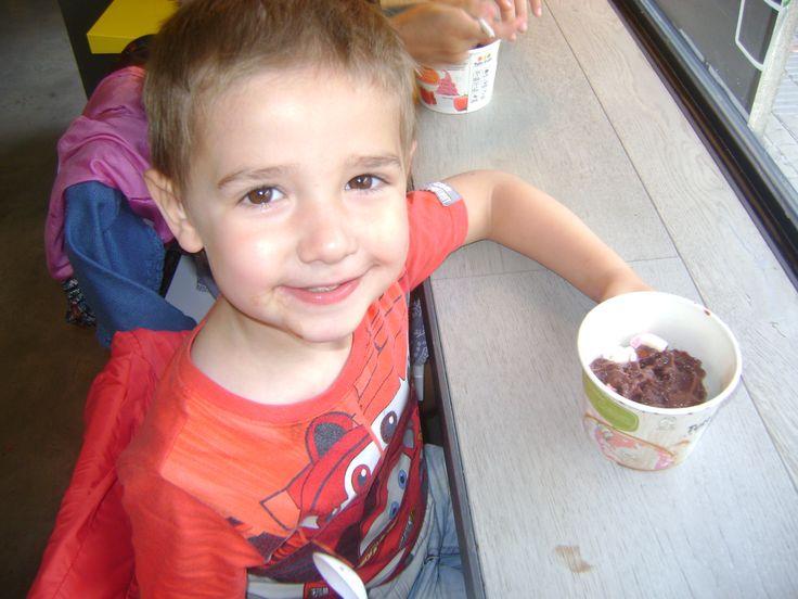 En la heladería Tutti Frutti.