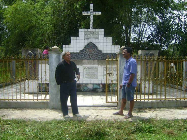 Guru Barto Panjaitan & B.Panjaitan (Depan lokasi makam Op.Bangar Panjaitan bersama, di Lumban Baringin Siorang 1)