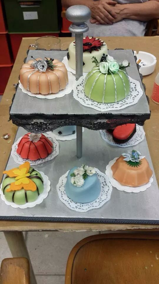 Cupcakes; van gips dompelen in kaarsvet!!! Net glazuur/ marsepein en in allerlei kleuren