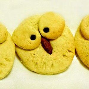 Evimizde ilk defa kızım için yapılan kurabiye diyebilirim:) çünkü evimizin kurabiye meraklısı oğlumdur:) Yalnız kızımın baykuş objelerine merakından dolayı, flickr'de baykuşlu kurabiye fotoğrafını görünce ilk defa bizim evde de onun için bir kurabiye pişirilip sürpriz yapıldı. Görünce çok hoşuna git