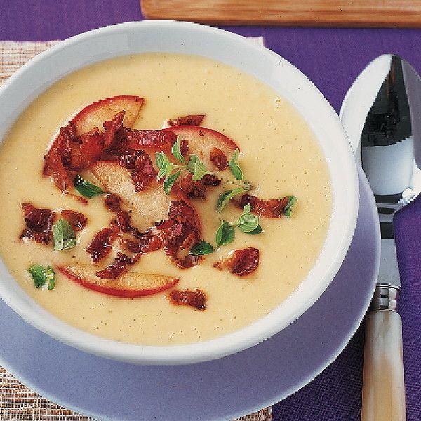 Leckere Suppe aus Kartoffeln, Weißwein, Sahne und Appenzeller Käse mit einer Apfel-Speck-Mischung.