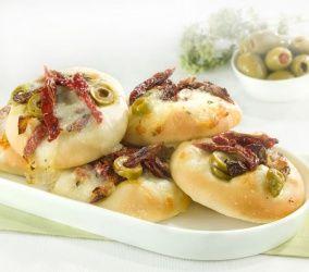 Focaccine con mozzarella, olive, pomodori secchi