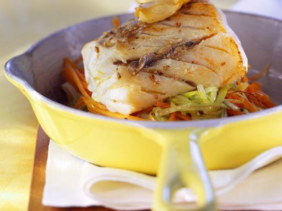 Gefüllter Seehecht mit Gemüse ist ein Rezept mit frischen Zutaten aus der Kategorie Meerwasserfisch. Probieren Sie dieses und weitere Rezepte von EAT SMARTER!
