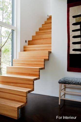 Escalera minimalista de madera