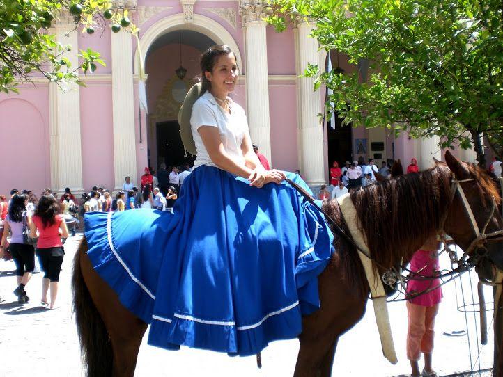Traje tradicional femenino de paisana - Salta. Argentina