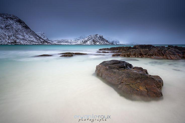 """""""Haukland Beach"""" www.erwanleroux.bzh  Fraîchement rentré de mon séjour aux Îles Lofoten en Norvège ; et je dois bien vous avouer que je reste sur un sentiment mitigé au goût d'inachevé :/  Cette région est vraiment très belle et propose des paysages absolument splendides : fjords, montagnes, plages, lacs, villages typiques de pêcheurs et surtout la possibilité d'observer des aurores boréales ... mais c'était sans compter sur la météo (très) capricieuse à laquelle j'allais faire face.  Malgré…"""