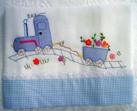 Toalha de fralda de tecido duplo, bordada com a tecnica patchcolagem, acabamento em tecido 100% algodão e bordado inglês. R$ 49,95
