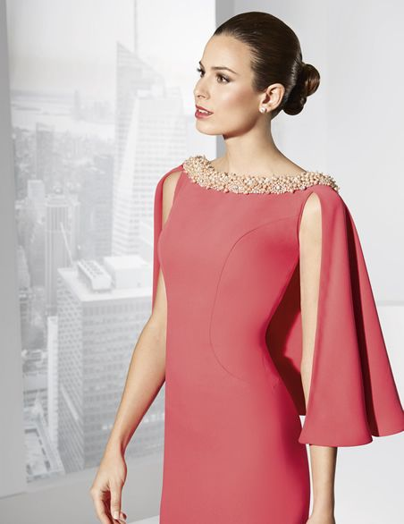 Vestidos de fiesta largo color fresa con capa que sale del hombro.