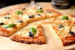 Gluténmentes pizza recept: A paleo, és a gluténmentes étrendet követőknek is bátran ajánlom ezt a pizzaalapot. Nagyon enyhén lehet érezni a karfiol ízét, de nagyon kellemes. Illetve ugyanúgy működik mint egy klasszikus pizzaalap, bármit rakhatunk rá feltétnek! :)