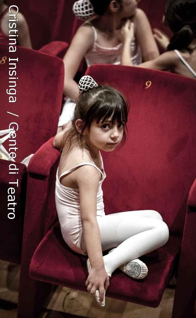 """Una mia foto tratta dalla serie """"Gente di Teatro"""" è stata invitata a partecipare al progetto """"Huerta fotográfica"""" dove, insieme ad altre foto pervenute da diversi paesi del mondo creerà un """"giardino fotografico"""" in occasione dell'evento annuale """"FERIA DE FOTOGRAFÍA DE AUTOR"""" che si terrà dal 2 al 9 aprile a Bariloche (Argentina)!  Sono molto felice di poter partecipare a questa piccola esposizione all'estero! :D  Grazie mille a Jorge Piccini per avermi invitata! :)"""