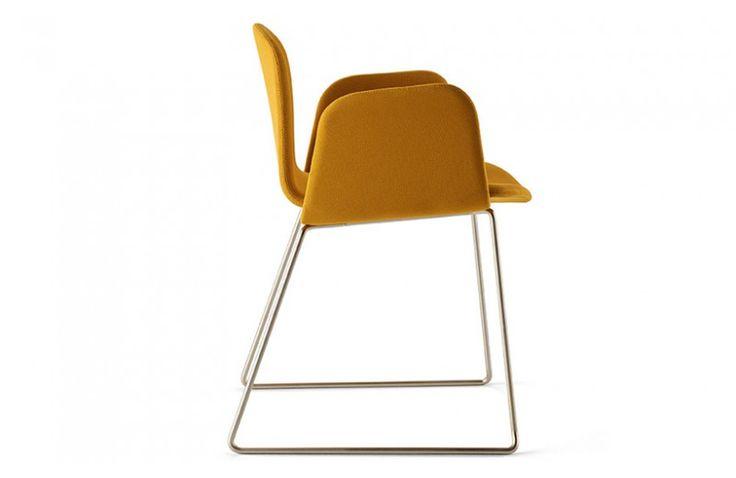 Petite dernière de la collection BOB, la chaise avec accoudoirs BOB XL LUGE offre un design contrasté entre l'effet enveloppant de son assise et la légèreté de sa structure en acier massif. Belle réussite pour la marque Ondarreta avec ce fauteuil fabriqué au Pays Basque, dans le respect de l'environnement et des normes qualités. Partager