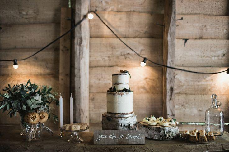 Bij een bruiloft op een boerderij past een bruidstaart in een rustieke stijl. Zeker in combinatie met deze prachtige kalligrafie. Foto: Bianca Rijkenbarg