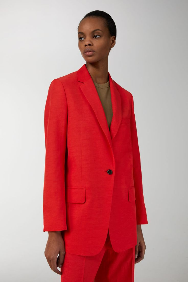 Cut with a slightly longer silhouette, this blazer is made from a tight, fine-thread weave of a viscose blend. A relaxed, single-button style featuring cla