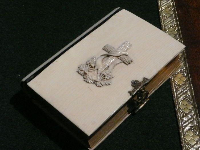 Een ivoren gebedsboek met fraai monogram - circa 400 blz. - Brussel België - 1848  Zeer fraai bewaard gebleven met aan beide zijden én de rugkant ivoren gebedsboek. / maar liefst ca. 400 bladzijdes.Voorzien van o.a. een monogram aan de voorzijde en een koperslot met bijzonder monogram. / 11x7x2.2 cmUitgegeven in het jaar : 1848 - het boek is voorzien van veel informatie en enkele kleurenprenten.  EUR 132.00  Meer informatie