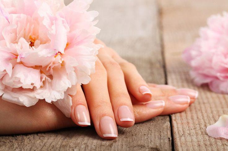 Dłonie służą nam przez cały czas, dlatego ich skóra narażona jest na wysuszenie. Są na nich widoczne również oznaki starzenia się skóry. Piękne dłonie to cecha, która wyróżnia zadbaną kobietę, dlatego pamiętajmy o ich pielęgnacji.