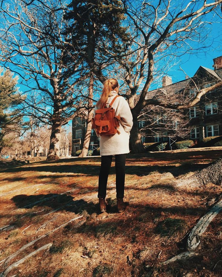 MARIE NOVOSAD в Instagram: «Второй день ориентации в колледже. Мне столько вам хочется показать! Начну с того, что я взяла с собой. Упаковать жизнь в два чемодана- это не самая простая задача, поэтому я брала только универсальные и многофункциональные вещи. Столько месяцев смотрела на этот рюкзак @grafea , поэтому безмерно рада такому подарку перед поездкой! xx»