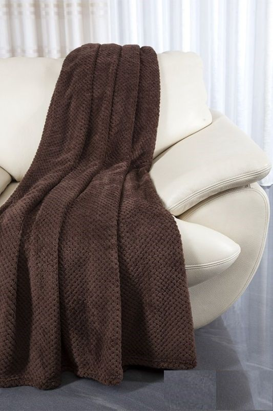 Brązowa narzuta na kanapę