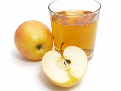 Jak nahradit nezdravé nealkoholické nápoje v horkém dni? Tady je náš nápad: Dušená jablka :)  • 4 jablka  • několik sušených meruněk a fíků  • skořice, hřebíček, zázvor  • litr vody  Sušené ovoce spařte horkou vodou. Vše dohromady povařte asi 30 minut, pak ochladit o můžete podávat