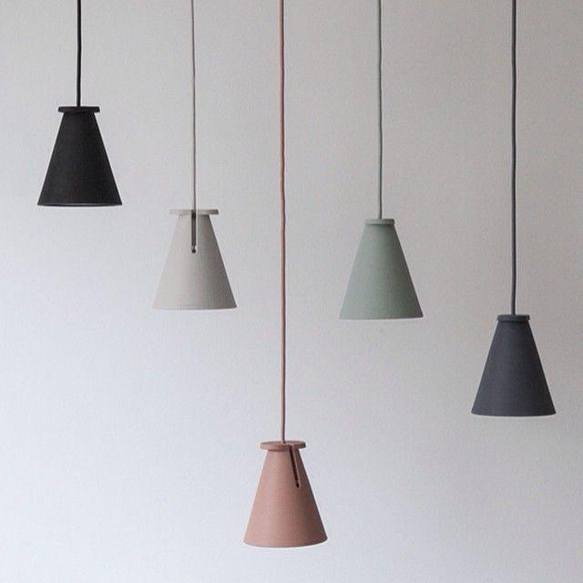 Är på jakt efter belysning över vår diskbänk/marmorbänk i nya köket. Vi kommer ju inte ha några överskåp. Är lite less på nakna glödlampor och hittade dessa små pendel lampor från danska Menu. Sååå fina!!! Tänker mig tre stycken i olika höjder att hänga i krokar i taket. Frågan är bara vilka färger till den rosa väggen? Antingen en rostrosa, en mörkgrå och en ljusgrå? Eller en svart, en ljusgrå och en mint? Eller...?! Vad tror ni?