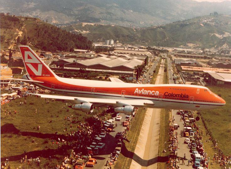 747-200 de Avianca aterrizando en el Aeropuerto Olaya Herrera de Medellín. SKMD