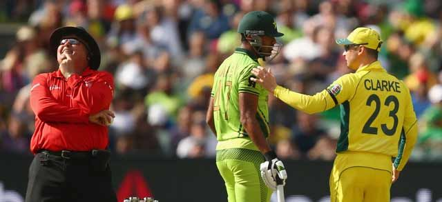 Best candid shot of #AUSvPAK catches umpire in a funny moment. Get match updates here: http://sports.ndtv.com/icc-cricket-world-cup-2015/news/239336-icc-cricket-world-cup-quarterfinal-3-australia-vs-pakistan-live-cricket-score …