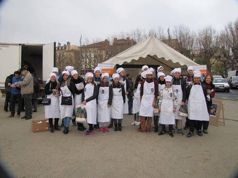 """Les élèves de Bac Pro Vente de Saint Jacques de Compostelle assurent la promotion de l'opération """"Potage des Chefs"""" organisée par l'association Habitat et Humanisme."""