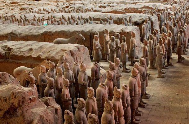 Museo de Guerreros y Caballos de Terracota, Qin en Xi'án  Se encuentran dentro del Mausoleo de Qin Shi Huang, también conocido como Mausoleo del Primer Emperador Qin. Los Guerreros de terracota son un conjunto de más de 8000 figuras de guerreros y caballos de terracota a tamaño real.