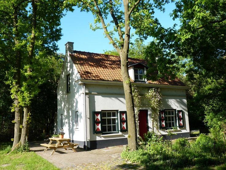 SLAPEN OP DE HEIDE : Het boshuis bevindt zich op een unieke plek, aan de rand van een groot ven en natuurgebied de Strijbeekse Heide. Dit is een uitzonderlijk mooi en rustig natuurgebied ten zuiden van Breda, op de grens met België.| Strijbeek (NB)