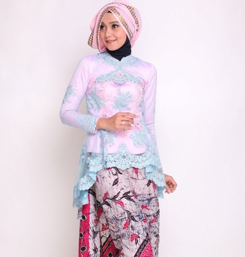 Paduan rok batik dan kebaya brokat model peplum