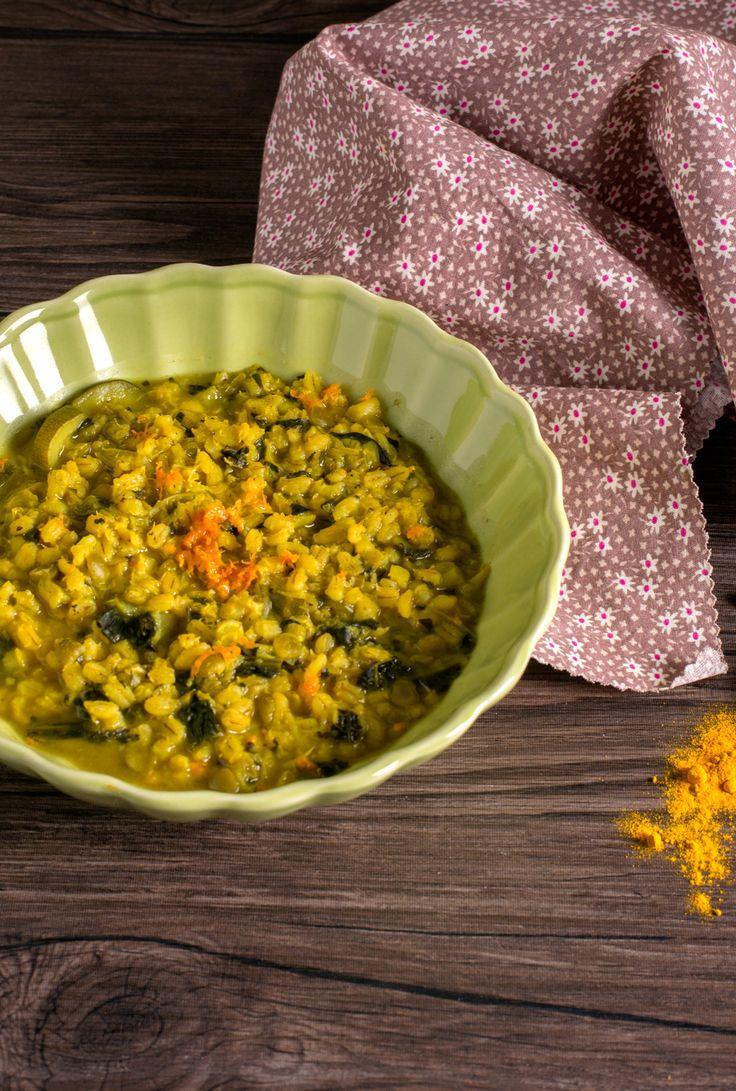 Zuppa d'orzo, verdure e curcuma: semplice, genuina e ricca di vitamine e minerali.  [Turmeric, barley and vegetables soup]