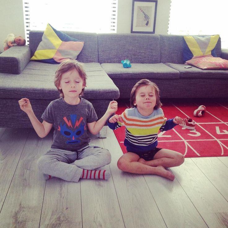 De mama's zijn lopen en deze bengels gaan gewoon Molletje kijken én mediteren #yoga #vestingloop by davidoof_ernst