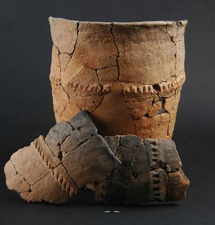 Vase du Bronze moyen (1600-1350 avant notre ère) découvert à Braffais (Manche).    © H. Paitier, Inrap