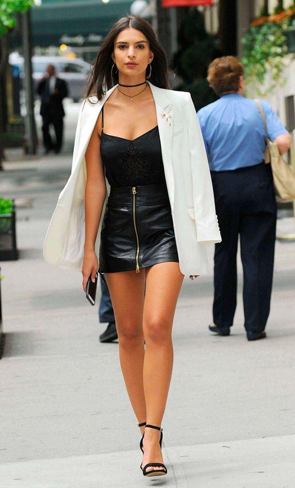 street style look com saia de couro e blazer branco.
