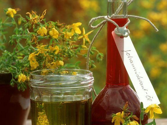 Flasche und Glas mit Johanniskrautöl (Heilöl) ist ein Rezept mit frischen Zutaten aus der Kategorie None. Probieren Sie dieses und weitere Rezepte von EAT SMARTER!