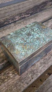 Na starej ławce : Reliefowy kuferek