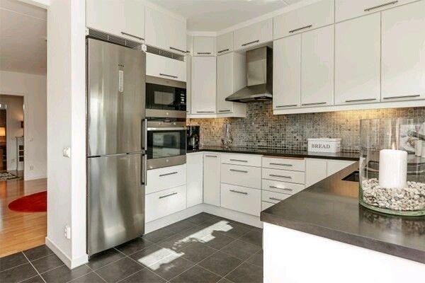 Кухня. Второй ярус небольших шкафчиков сверху, в т.ч. над холодильником. Микроволновка над духовкой, на уровне глаз