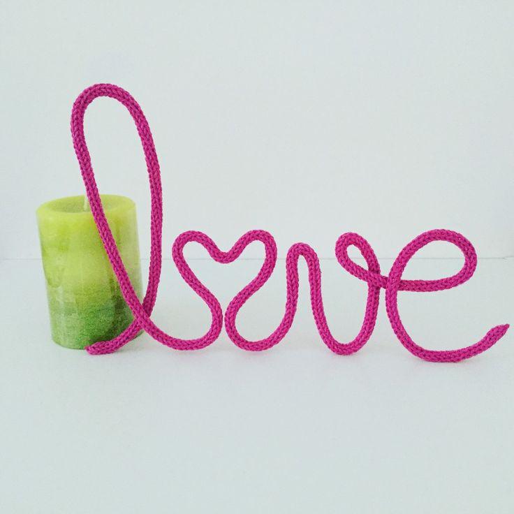 Love, love, love...il suffit d'une étincelle ! Mot en laine - mot en tricotin - Déco mariage