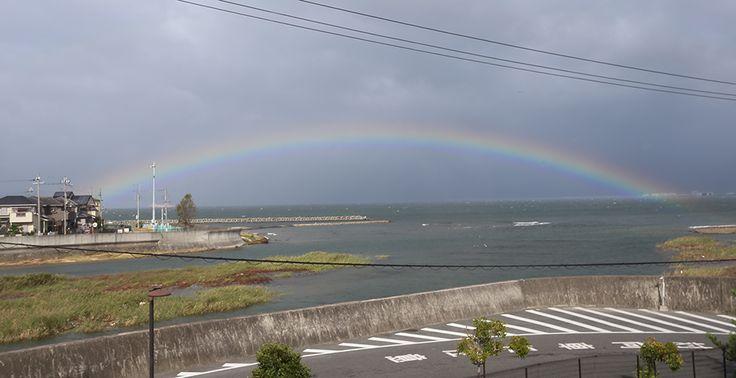 くっきりとした虹@社屋2階窓から Rainbow 2013-10-9
