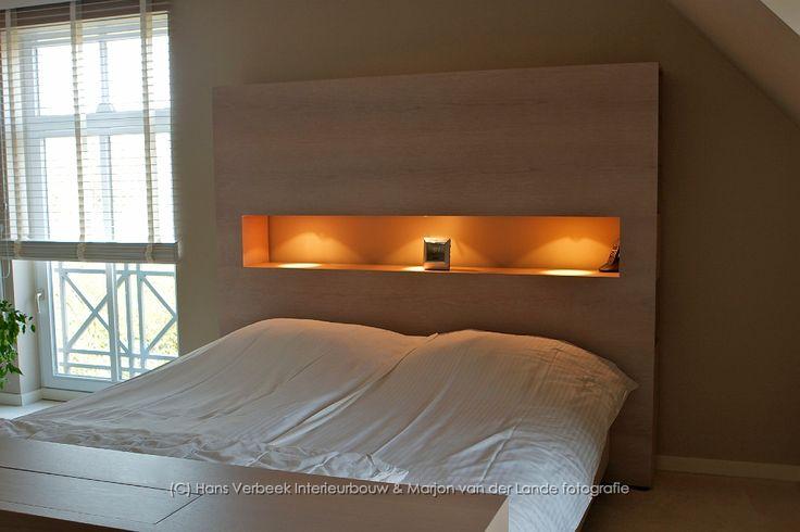 Achterwand bed met uitsparing en ingebouwde verlichting (Hans Verbeek Interieurbouw)