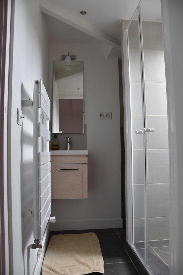 salle de douche pour un espace r duit sous les toits dans une maison de famille dans le vexin. Black Bedroom Furniture Sets. Home Design Ideas
