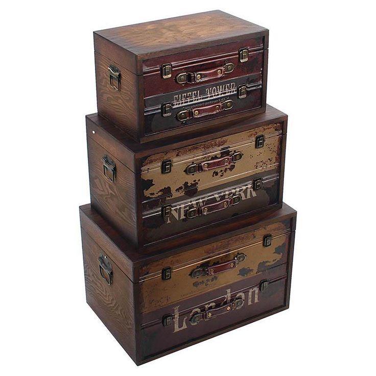 Fiecare cufăr este prevăzut cu două sertare a căror parte frontală este îmbrăcată în piele ecologică cu imprimeuri vintage: http://www.retroboutique.ro/mobila/cufere/set-de-trei-cufere-loft-journey-2253