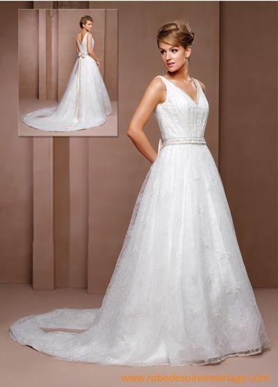 Belle robe de mariée en satin et en dentelle avec une ceinture
