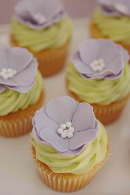 Purple flower cupcakes...love the colors
