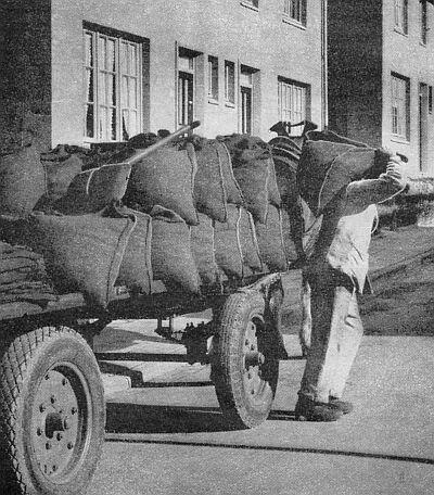 Een #kolenboer was iemand die in vroeger tijden kolen verkocht. De kolen werden per mud verkocht in kolenzakken. Ze werden meestal thuis bezorgd en door de kolenboer in de kelder of het kolenhok gestort. De kolen werden meestal met paard en wagen rondgebracht en na 1945 vaak met een vrachtwagen. Toen steeds meer huishoudens overgingen op een petroleumkachel ging de kolenboer ook petroleum leveren en werd zo ook olieboer. Met de komst van het aardgas na 1960 verdween het beroep. www.vivier.nl