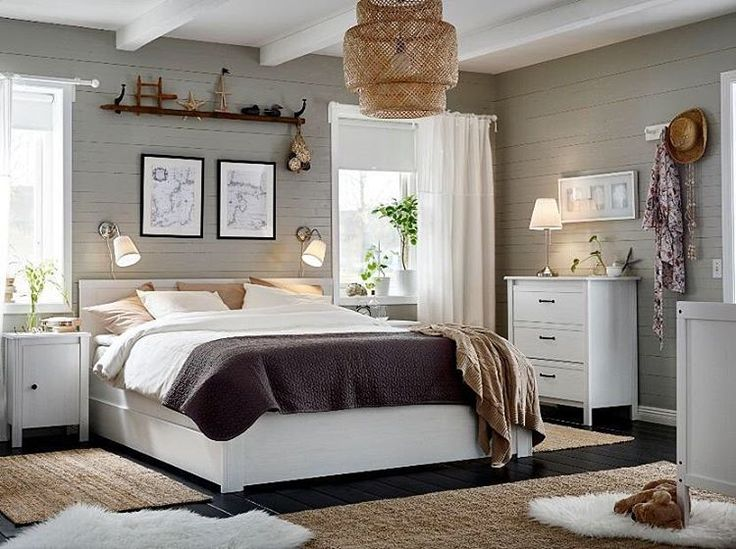Серый, бежевый, белый – такое сочетание цветов в интерьере спальни расслабляет и настраивает на отдых. А вам нравится? ☺️ На фото: каркас кровати БРУСАЛИ, белый, Лонсет (14999.-), комод с 3 ящиками БРУСАЛИ (6499.-) #IKEA #ИКЕА #ИКЕАРоссия #будьтетакдома