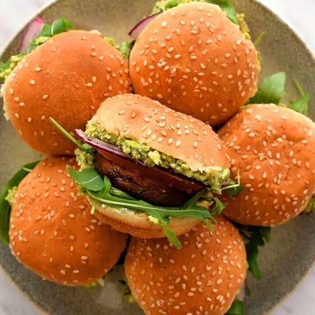 Vegan sliders with mint-pea pesto. Link to recipe in profile! . Mini hamburguesas con pesto de menta y guisantes. Receta entera en www.cilantroandcitronella.com/es . #vegetarian #vegetariano #vegan #vegano #comida #comidavegana #vegancommunity #recetas #govegan #cocina #comidasana #veganuary #whatveganseat #veganrecipes #veganliving #veganismo #ñamñam #veganism #veganfoodshare #veganfood #veganlifestyle #vegandiet #foodpics #healthyeating #meatfreemonday #vegansofig #plantbased…