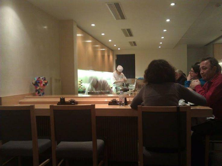 İki katlı olan bu restoranın üst katında bar bulunuyor. Burada yemeklerinizi ustaları izleyerek yemeniz mümkün. Rezervasyon alan bir restoran olan Kiku'da, buraya oturmak çok keyifli... Daha fazla bilgi ve fotoğraf için; http://www.geziyorum.net/kiku/
