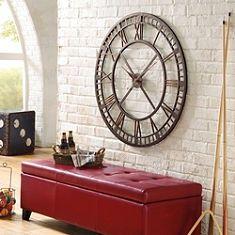 Llega la hora de decorar con un reloj de pared ¿Quien no esta pendiente siempre de la hora? Hoy en día, el reloj, además de hacer su función practica, se a convertido en un objeto mas en la decoración. Aquí os dejo unas ideas para decorar una pared de vuestro hogar con un reloj, pueden ser de lo mas variado según sea su diseño, tamaño y función ( podemos pedir que nos de la hora o que se convierta meramente en un articulo decorativo).