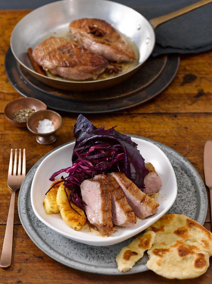 Gewürz-Rotkohl-Salat mit gebratener Entenbrust und Naan Foto © Maike Jessen für ARD Buffet Magazin